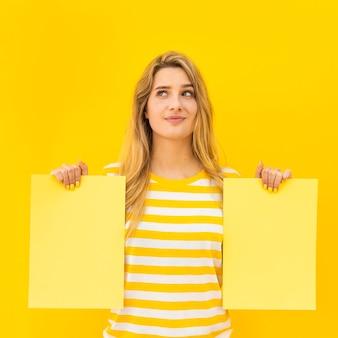 Vista frontal mujer sosteniendo papeles
