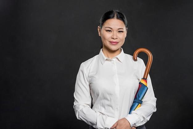 Vista frontal mujer sosteniendo paraguas