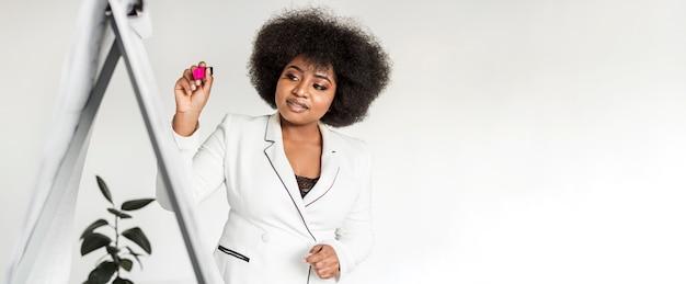 Vista frontal de la mujer sosteniendo una presentación