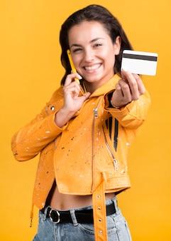 Vista frontal, de, mujer, con, tarjeta de crédito