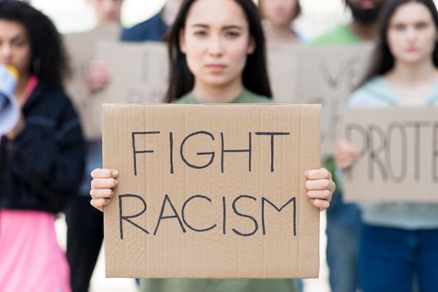 Vista frontal, mujer, tenencia, lucha, racismo, cita
