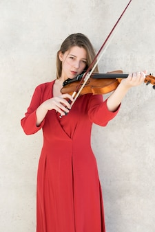 Vista frontal de la mujer tocando el violín