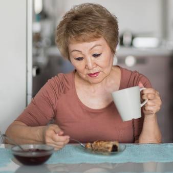 Vista frontal mujer tomando desayuno