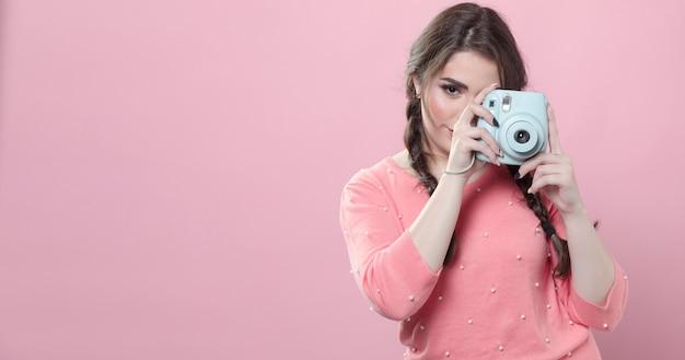 Vista frontal de la mujer tomando una foto con espacio de copia