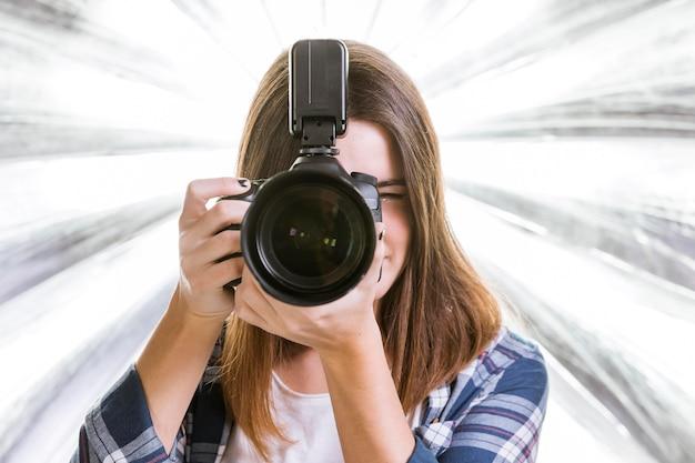 Vista frontal mujer tomando una foto