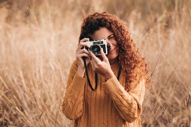 Vista frontal mujer tomando fotos