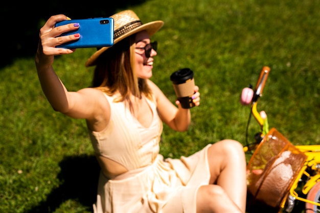 Vista frontal mujer tomando selfie