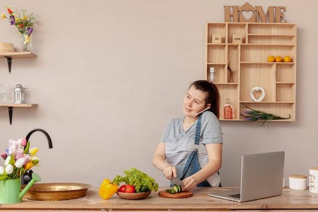 Vista frontal mujer trabajando desde casa