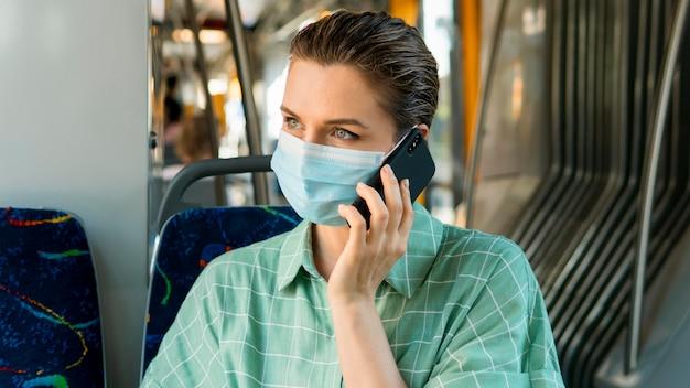 Vista frontal de la mujer en transporte público