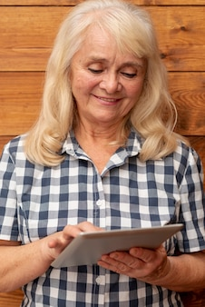 Vista frontal mujer usando tableta