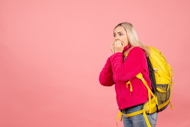Vista frontal mujer viajera confundida con mochila