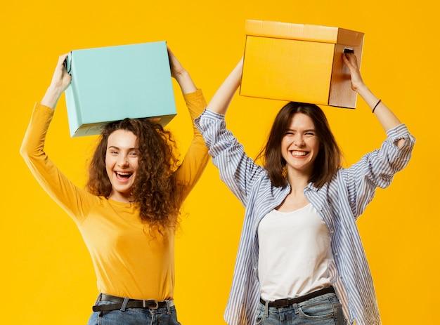 Vista frontal de mujeres con cajas