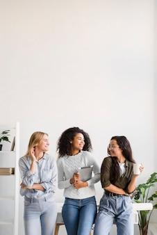 Vista frontal mujeres jóvenes disfrutando el tiempo juntos