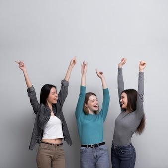 Vista frontal mujeres jóvenes felices juntos