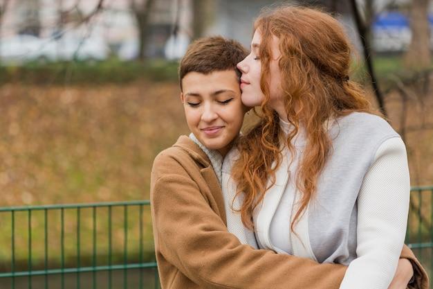 Vista frontal mujeres juntas en el amor