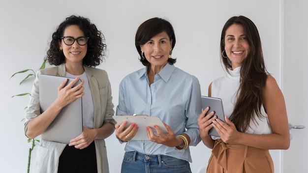 Vista frontal de mujeres de negocios posando