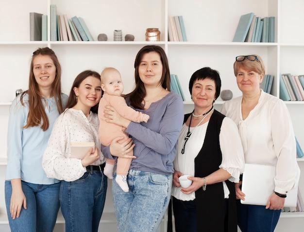 Vista frontal de mujeres y niños en interiores