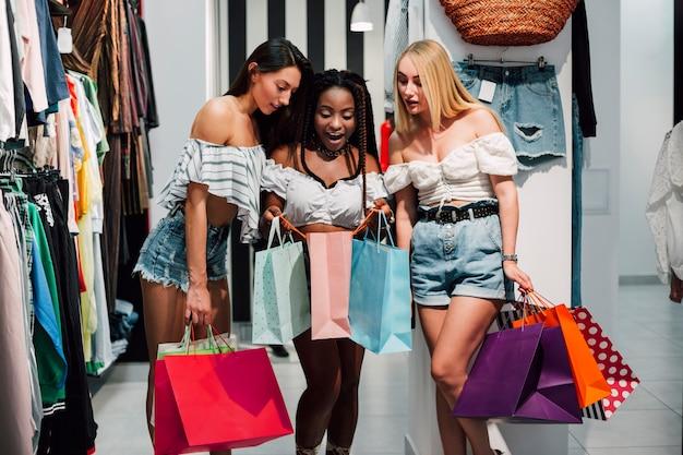 Vista frontal mujeres salidas de compras