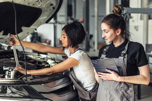 Vista frontal mujeres trabajando juntas