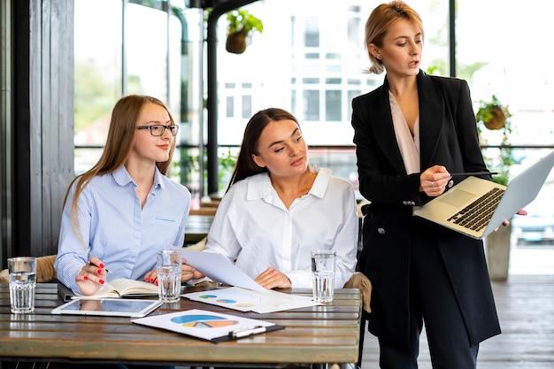 Vista frontal de las mujeres en el trabajo trabajando juntas