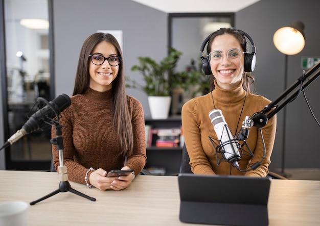 Vista frontal de mujeres transmitiendo en radio