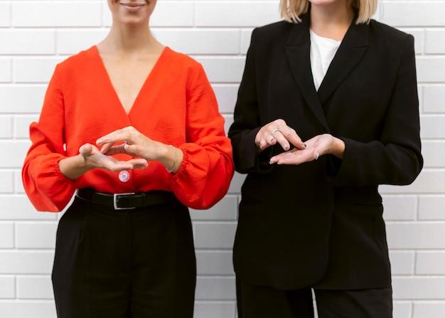 Vista frontal, de, mujeres, utilizar, lenguaje de señas