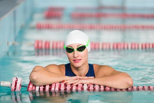 Vista frontal de la nadadora posando