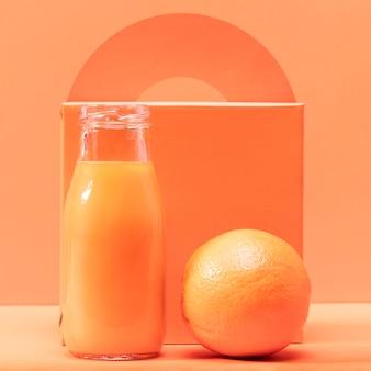 Vista frontal naranja y batido
