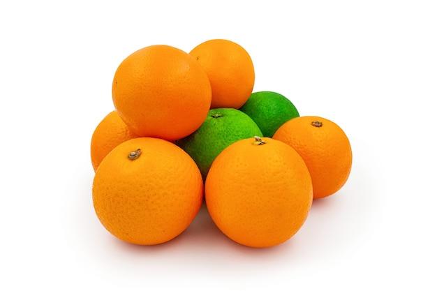 Vista frontal de naranjas frescas y limón dulce con hojas aisladas sobre fondo blanco.