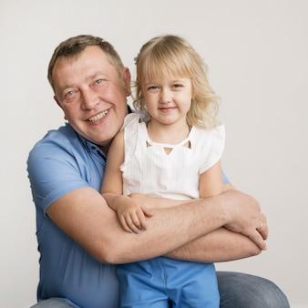 Vista frontal de nieta y abuelo