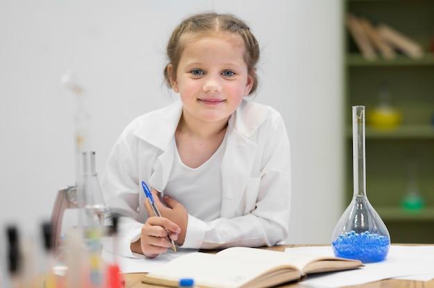 Vista frontal, niña, aprendizaje, ciencia