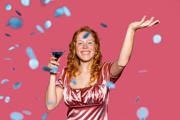 Vista frontal niña feliz cumpleaños lanzando confeti