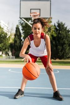 Vista frontal de niña jugando baloncesto