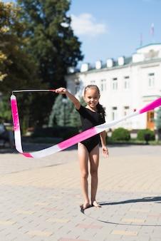 Vista frontal de niña jugando en el parque