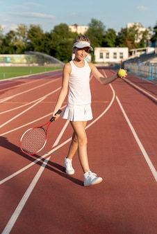 Vista frontal de niña jugando tenis