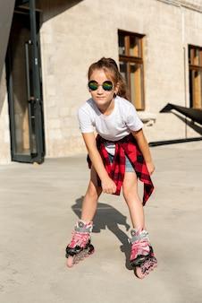 Vista frontal de la niña con patines
