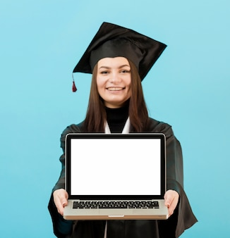Vista frontal, niña, tenencia, computadora portátil