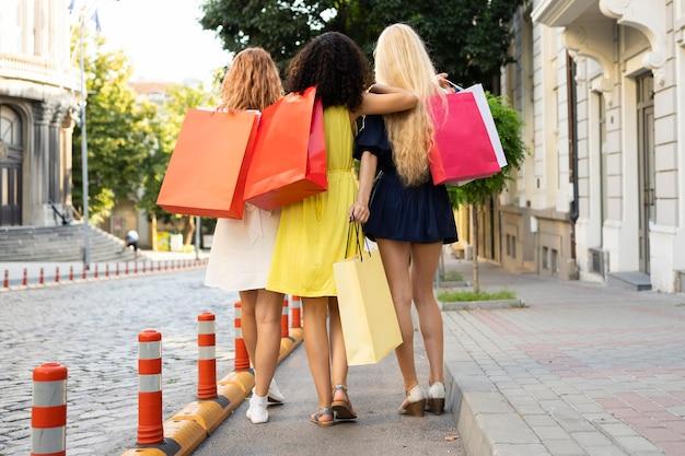 Vista frontal, de, niñas, con, bolsas de compras