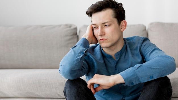 Vista frontal del niño con ansiedad