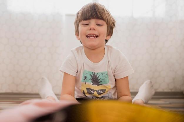 Vista frontal del niño en casa antes de la tutoría