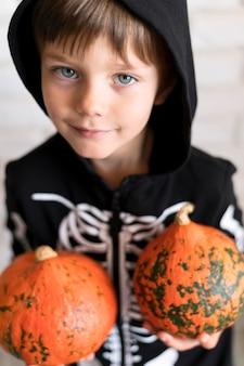 Vista frontal del niño con concepto de disfraz de calabaza