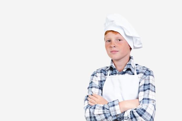 Vista frontal niño haciéndose pasar por un chef