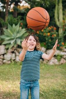 Vista frontal del niño jugando
