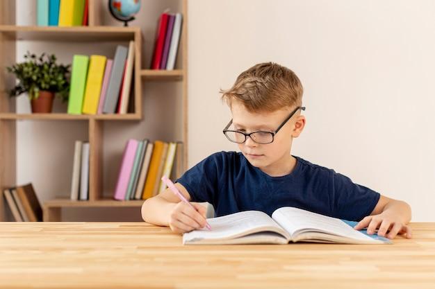 Vista frontal niño leyendo