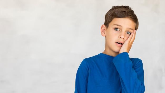 Vista frontal niño mirando estresado con espacio de copia