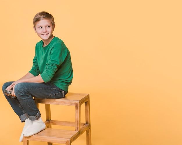 Vista frontal del niño mirando a otro lado con espacio de copia