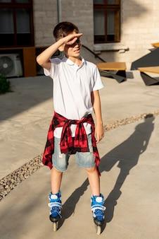 Vista frontal del niño con patines
