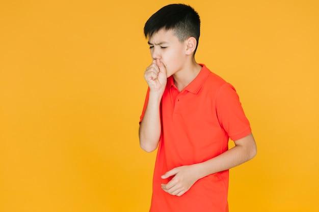 Vista frontal niño pequeño tosiendo