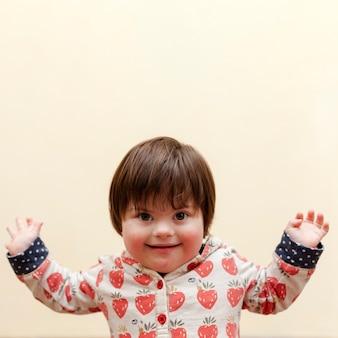 Vista frontal del niño sonriente con síndrome de down