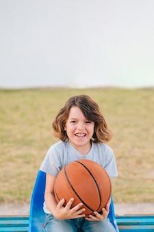 Vista frontal del niño sosteniendo la pelota